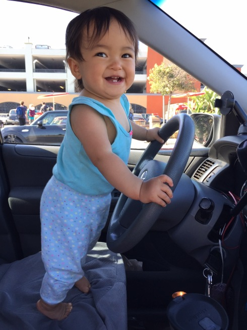 Draelen at the steering wheel, waiting for Lola + Lolo